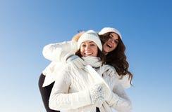 2 подруги имеют потеху на зимнем дне Стоковое Изображение RF