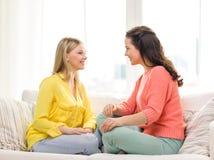 2 подруги имея беседу дома Стоковая Фотография