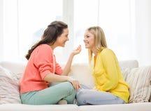 2 подруги имея беседу дома Стоковое фото RF