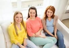 3 подруги имея беседу дома Стоковое фото RF
