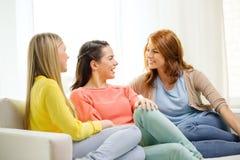 3 подруги имея беседу дома Стоковые Изображения RF