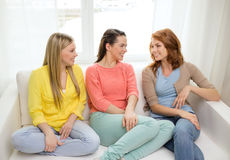 3 подруги имея беседу дома Стоковые Фотографии RF