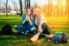 Подруги имея потеху в парке Стоковое Фото