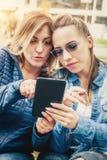 2 подруги имея потеху с цифровой таблеткой Стоковое Изображение RF