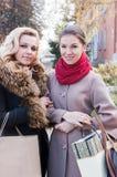 Подруги и покупки в осени Стоковое Изображение RF