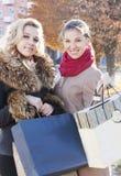 Подруги и покупки Стоковая Фотография