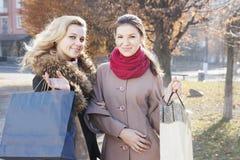 Подруги и покупки Стоковые Фотографии RF
