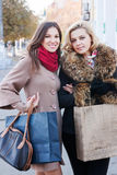 Подруги и покупки Стоковые Фото