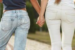 2 подруги идут в парк Стоковые Изображения