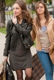 Подруги идут ходить по магазинам. Стоковая Фотография