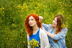 Подруги и цветки Стоковое фото RF