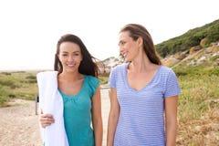 2 подруги идя к пляжу Стоковые Изображения