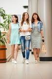 Подруги идя на торговый центр Стоковые Изображения