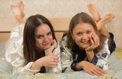 Подруги кладя в кровать Стоковое фото RF
