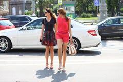 2 подруги маленьких девочек пересекают дорогу Стоковое Фото