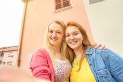 Подруги молодых женщин принимая selfie и имея потеху Стоковая Фотография RF