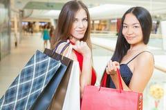 2 подруги моды ходя по магазинам на моле Стоковое Изображение