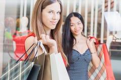 2 подруги моды ходя по магазинам на моле Стоковая Фотография RF