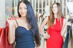 2 подруги моды ходя по магазинам на моле Стоковая Фотография