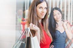 2 подруги моды ходя по магазинам на рождестве Стоковая Фотография RF