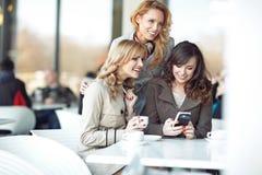 3 подруги наслаждаясь их свободным времененем Стоковые Изображения