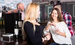 Подруги на баре Стоковое фото RF