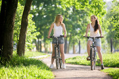 2 подруги на езде велосипеда Стоковые Фото