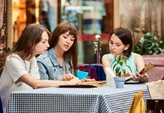 Подруги на кафе приказывая от меню Стоковая Фотография RF