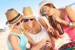 Подруги на пикнике на пляже Стоковая Фотография RF