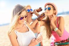 Подруги на пикнике на пляже Стоковая Фотография