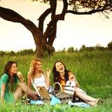 Подруги на пикнике Стоковые Изображения