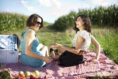 Подруги на пикнике Стоковое Фото