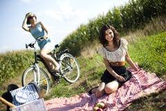 Подруги на пикнике Стоковая Фотография RF