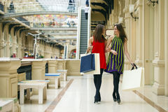 2 подруги на покупках идут на торговый центр с сумками Стоковое Фото