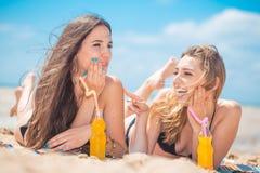 2 подруги на пляже лета Стоковые Изображения