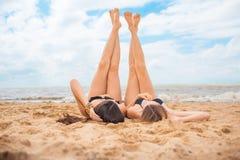 2 подруги на пляже лета Стоковое фото RF