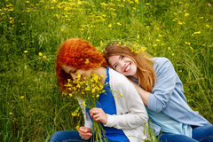 Подруги обнимая в парке Стоковые Фотографии RF