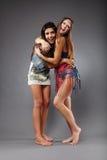 Подруги обнимая и имея потеху Стоковая Фотография RF