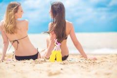 2 подруги отдыхая на пляже Стоковые Изображения RF