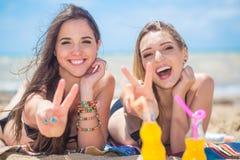 2 подруги отдыхая на пляже Стоковая Фотография