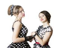 2 подруги одетой в стиле штыря-вверх Белая предпосылка, изоляция Стоковое Изображение RF