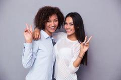 2 подруги показывая знак 2 пальцев Стоковое Изображение RF