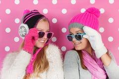 Подруги портрета в зиме Стоковые Изображения