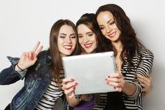 Подруги принимая selfie с цифровой таблеткой Стоковые Изображения