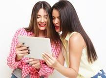 2 подруги принимая selfie с цифровой таблеткой Стоковое Фото