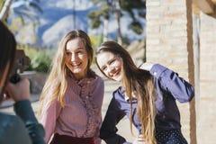 2 подруги принятой фотографом Стоковые Изображения RF