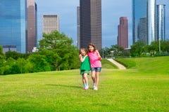2 подруги сестры идя в городской горизонт Стоковая Фотография RF