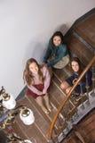 3 подруги сидя на шагах Стоковые Изображения