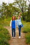 Подруги стоя на тропе Стоковое Изображение RF