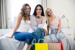 3 подруги с хозяйственной сумкой Стоковая Фотография RF